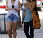 Miley Cyrus seins à l'air dans son t-shirt blanc et ceux de