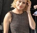 La chanteuse blonde joue les Bardot avec sa coiffure et ses lèvres pulpeuses.