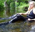 pas facile la natation avec des bottes et du latex !