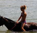 Ma s½ur ma fait monter sur son poney au lac dans l'eau :D