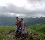 moi et mon couz(luk) entrain de poser a la cabane!^^