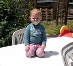 emma sur la table de jarda à mamie