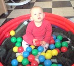 léina qui joue dans sa piscine a boules