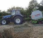 New Holland TM125 et presse Claas Variant 280