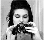 Jeune fille prenant une photographie.