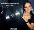 Kenza avec le coeur disque de platine
