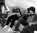 mes frères sur le canapé, c'est moi qui a pris la photo ^^
