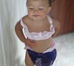 ma petite princesse avec les sous-vêtements de sa cousine