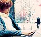 Un mec qui lit un livre avec des pétales ^^