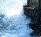 Car comme cette vague mon Coeur  se heure contre le mur*
