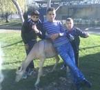 yo con mis  amigos  y un animal