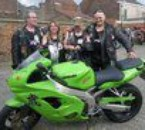 frere soeur mari et moi devant la moto de mon neveu