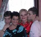 là je suis avec mes deux frères et notre maman