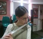 moi jouant de la flûte traversière en salle de musique