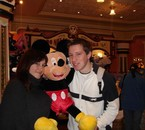 Avec ma soeur et... Mickey ^^, Disneyland (février 2008)