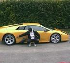 jonkai devant sa voiture