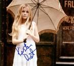 elle et tt mimi avc son paraplui et sa robe blanche