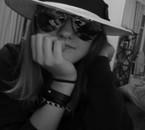Lunettes, chapeau... Rien ne va ensemble. :D