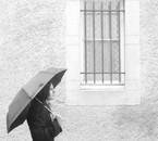 J'attends sous la pluie que les barreaux disparaissent