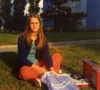 Myriam ma très vieille et bonne amie toujours sur la pelouse