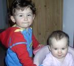 Méline et Malory dans son trotteur mes deux bébés d'amours