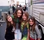Miley pose avec ses jeunes fans