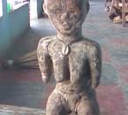 la statuette de face