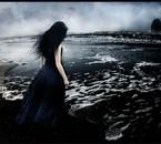 une femme au bord de la mer