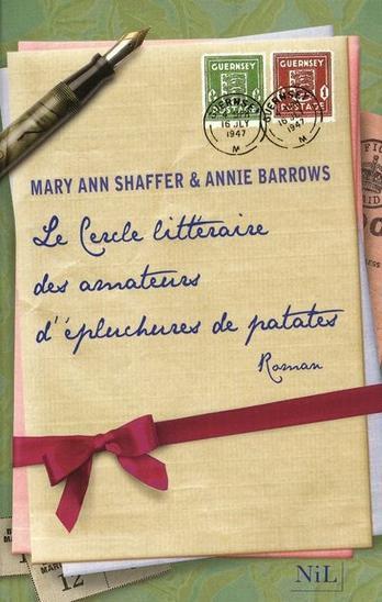 """Le Cercle littéraire des amateurs d'épluchures de patates, de Mary Ann Shaffer & Annie Barrows Quand mon fils Ian est mort aux côtés de son père, à El-Alamein, les gens qui me présentaient leurs condoléances ajoutaient souvent : """"La vie continue"""", pour me réconforter. Quelle bétise, me disais-je. Bien sûr que non elle ne continue pas. C'est la mort qui continue. ian est mort et il sera encore mort demain, l'année prochaine, à jamais. La mort est sans fin. Mais peut-être y a-t-il une fin à la tristesse.  Cet extrait m'a fait monté les larmes aux yeux. ]"""