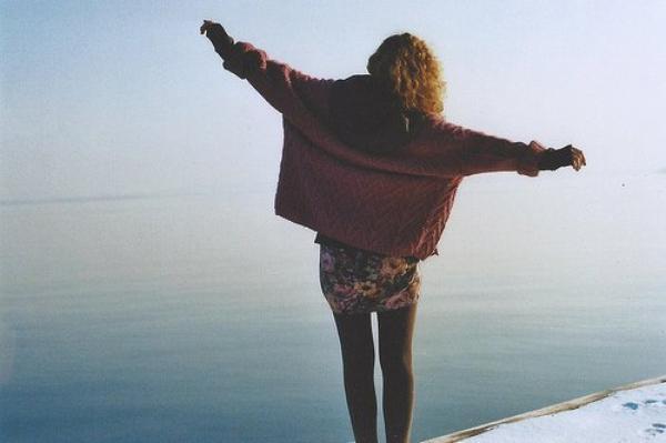 On essaie de se dire que la réalité vaut mieux que le rêve. On se persuade qu'il vaut mieux ne pas rêver du tout. Les plus solides d'entre nous, les déterminés s'accrochent à leur rêve. Il arrive aussi qu'on se retrouve en face d'un rêve tout neuf qu'on avait jamais envisagé. Un jour on se réveille, et contre toute attente, l'espoir  renaît, et avec un peu de chance on se rend compte, en affrontant les événements, en affrontant la vie, que le véritable rêve, c'est d'être encore capable de rêver.