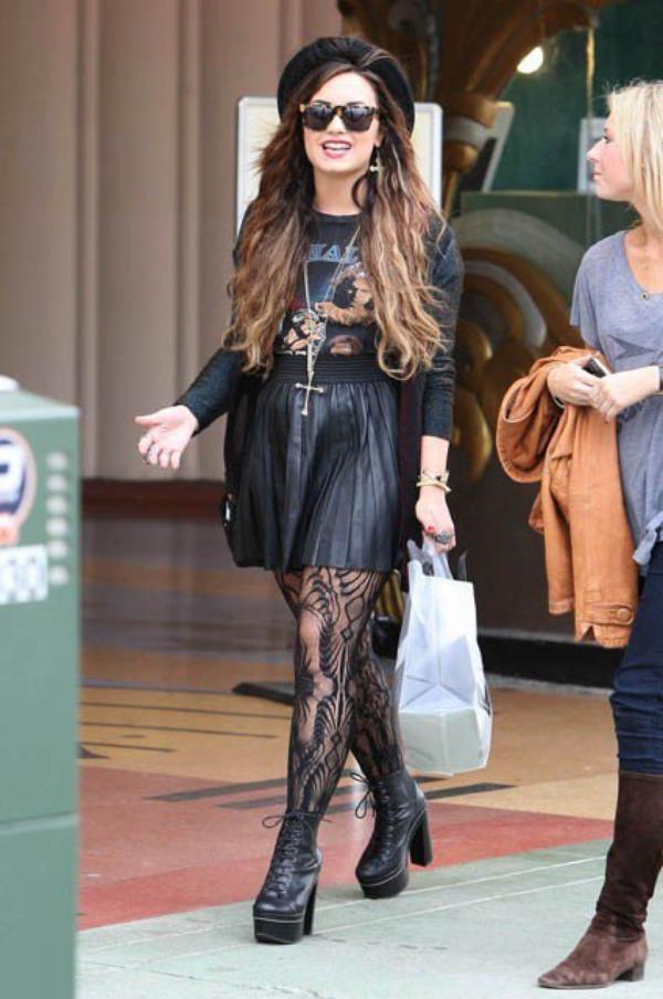 Photos : Demi Lovato : résille, chapeau, plateformes…