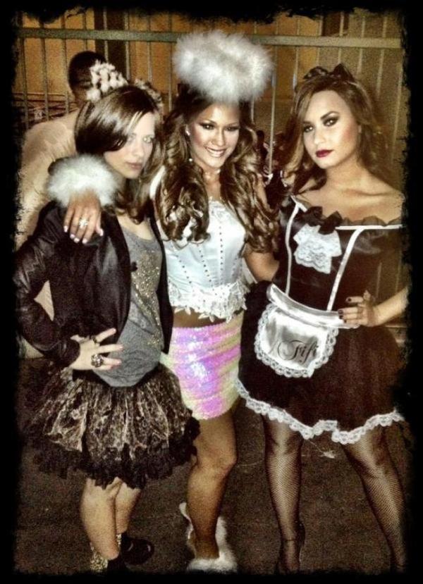 Demi Lovato : Sexy dans son costume français