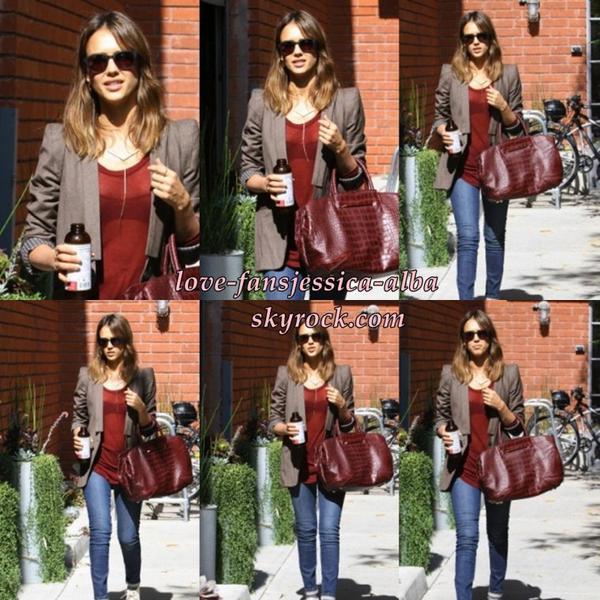 Jessica arrivant à son bureau à Santa Monica sur 21 Octobre .