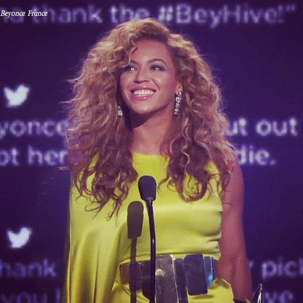 beyonce aux bet awards elle a gagné 2 pris dont meilleur artiste r'n'b féminine et directeur vidéo de l'année