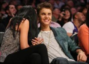Justin à été vu le 23 avril 2012 avec Selena a un match de basket.