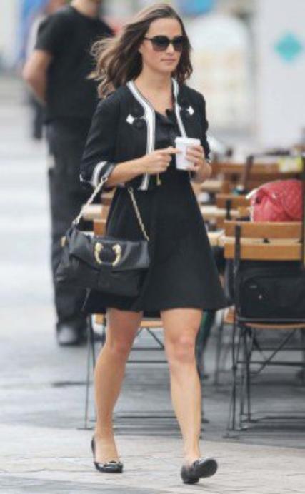 """Et voilà une Pippa Middleton qui n'a pas l'air trés en forme mais qui porte une , simple mais jolie, tenue """"marin chic""""! ♥"""