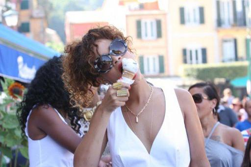 En vacances avec des amies, Rihanna profite d'une pose glace! Miam! ♥