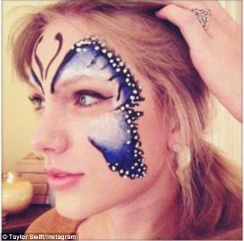 TAYLOR SWIFT ADORE LES MAQUILLAGES VERSION PAPILLON