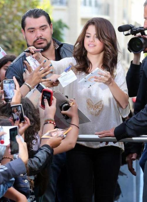 SELENA GOMEZ ARRIVANT A PARIS LE 3 SEPTEMBRE 2012