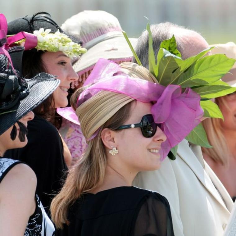 Aujourd'hui encore les chapeaux de la démesure, cette fois au Prix Diane sur l'hippodrome de Chantilly