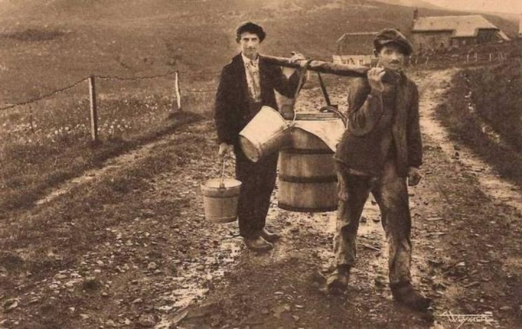 Aujourd'hui, dans la série des vieux métiers, la vie à la ferme. Ici en Auvergne, transport du lait pour la fabrication du fromage