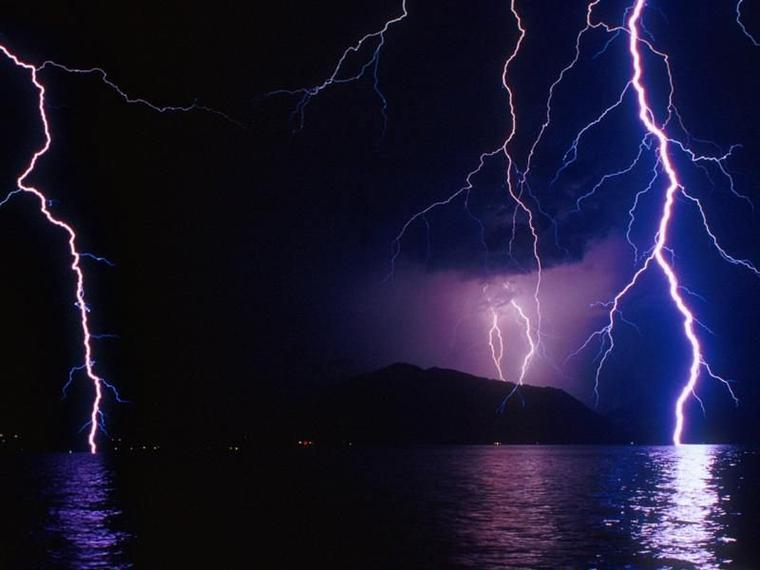 Aujourd'hui, pour rester dans l'actualité pas toujours rose pour tout le monde, voici quelques photos de ces orages tant redoutés un peu partout.