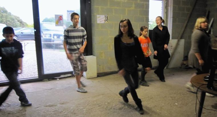 La nouvelle véranda n'est pas encore terminée que déjà un groupe de danse country est venu s'y installer pour notre plus grand plaisir.