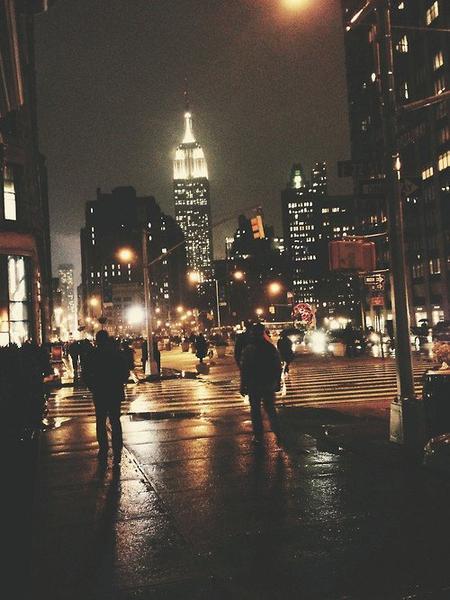 Il est tard, je ne sais pas quelle heure. Mais il fait nuit depuis longtemps. On voit tout de suite que tu n'es pas là. Je veux marcher. Courir, courir dans les rues.
