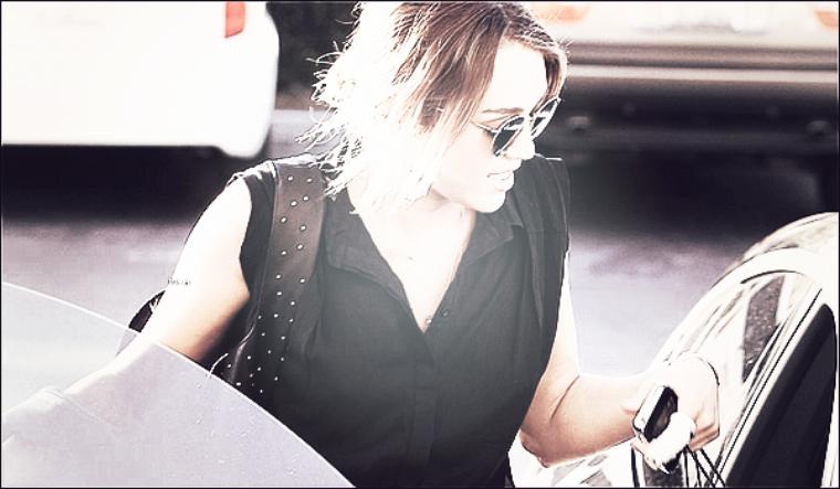 19/04/12 : Miley faisant du shopping chez Polacheck's Jewelers à Calabasas Commons.