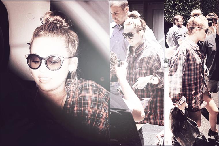 14/06/12 : Miley et Cheyne ont étés aperçus sur le balcon de leur hôtel à Miami.