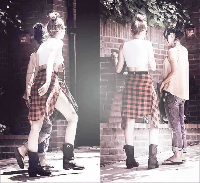 20/06/12 : Miley et Jen Novak se promenant dans les rues de Toluca Lake.