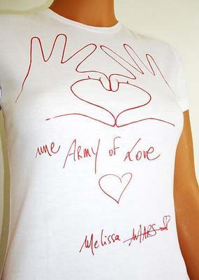 """2011 Nov 18 - Melissa Mars à donné ses mains aux projets """"Les 2 mains rouges"""""""