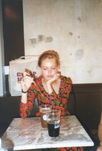 Et le temps est dégueulasse, et notre amour boit la tasse.