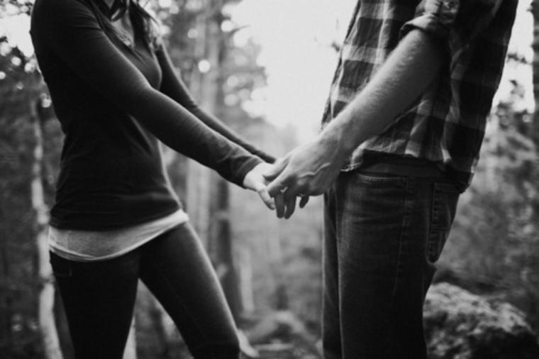 viens on se donne la main et on se dis à quel point on s'aime...<3